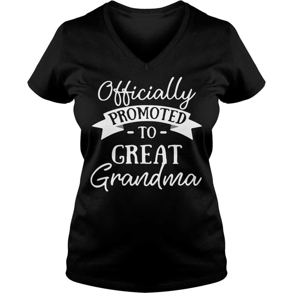 Officially promoted to great grandma V-neck t-shirt
